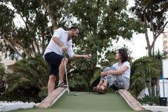 Man som ger golfkurs till en kvinna arkivfoton
