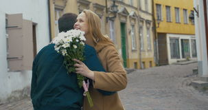 Man som ger gruppen av blommor till kvinnan stock video