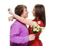 Man som ger kvinnabuketten av blommor fotografering för bildbyråer