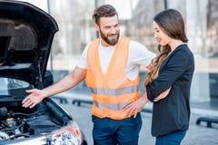 Man som ger teknisk hjälp för bil arkivbilder
