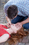 Man som gör konstgjord andning Fotografering för Bildbyråer