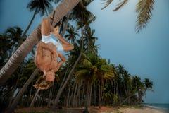 Man som gör uppochnervänd yoga Arkivbilder
