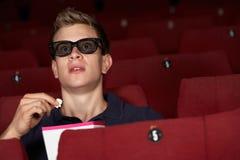 Man som håller ögonen på filmen 3D i bio Royaltyfria Bilder