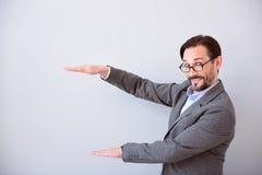 Man som håller händer som hållande produkt royaltyfri bild