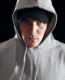 Man som ha på sig den Hooded tröjan Royaltyfri Fotografi