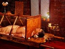 Man som har Ayurvedic bastubehandling Indisk detoxification av den manliga kroppen royaltyfria bilder