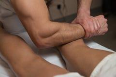 Man som har benmassage i en Spa mitt royaltyfri fotografi