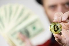 Man som har bitcoinmyntet och kassa arkivbilder