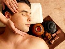 Man som har den head massagen i brunnsortsalongen Royaltyfri Foto