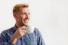 Man som har en kaffekopp Royaltyfria Bilder
