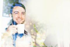 Man som har ett kaffe Royaltyfri Foto