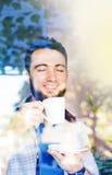 Man som har ett kaffe Arkivfoto