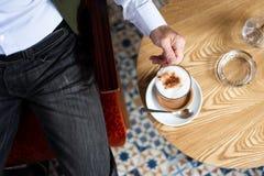 Man som har ett kaffe i stången royaltyfri foto