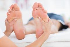 Man som har fotmassage Royaltyfri Bild