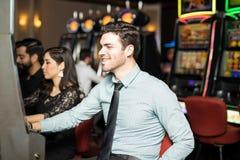 Man som har gyckel i en kasino royaltyfri bild