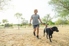 Man som har gyckel med hans hund Royaltyfri Foto