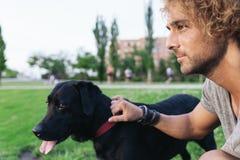 Man som har gyckel med hans hund Fotografering för Bildbyråer