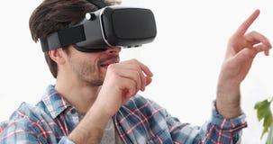 Man som har gyckel som spelar leken på virtuell verklighethörlurar med mikrofon lager videofilmer