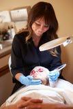 Man som har kosmetisk behandling för Dermo slitning på Sp royaltyfria bilder