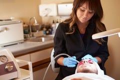 Man som har kosmetisk behandling för Dermo slitning på Spa Royaltyfri Fotografi
