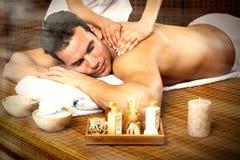 Man som har massage. Arkivbilder