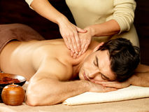 Man som har massage i brunnsortsalongen royaltyfri foto