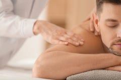 Man som har massage i brunnsortsalongen, closeup royaltyfri foto