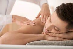 Man som har massage i brunnsortsalongen, closeup arkivbild