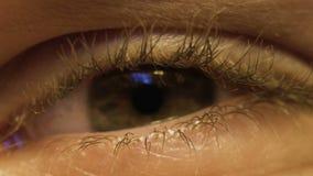 Man som har provet i oftalmologiklinik, extremt slut för öga upp, hälsoproblem arkivfilmer
