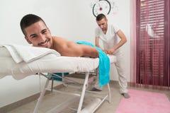 Man som har tillbaka massage i en Spa mitt arkivbild