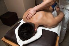 Man som har tillbaka massage i en Spa mitt royaltyfri fotografi