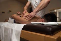 Man som har tillbaka massage i en Spa mitt royaltyfri bild