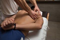 Man som har tillbaka massage i en Spa mitt royaltyfri foto