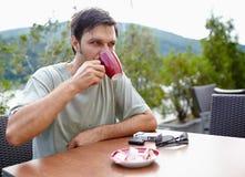 Man som har utomhus- kaffe Royaltyfria Bilder