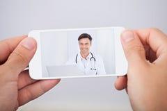 Man som har video pratstund med doktorn royaltyfria bilder
