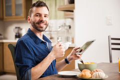 Man som hemma använder en minnestavla royaltyfri bild