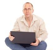Man som hemma fungerar över internet Arkivbild