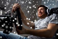 Man som hemma spelar videospelet för springa för bil Royaltyfri Bild
