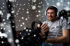 Man som hemma spelar videospelet för springa för bil Royaltyfria Foton