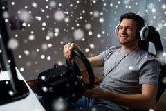 Man som hemma spelar videospelet för springa för bil Arkivbild