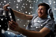 Man som hemma spelar videospelet för springa för bil Fotografering för Bildbyråer