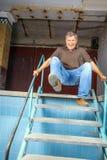 Man som hoppar ner trappan Arkivbilder