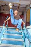 Man som hoppar ner trappan Fotografering för Bildbyråer
