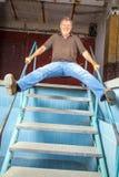 Man som hoppar ner trappan Royaltyfri Foto