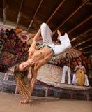 Man som hoppar på en hand Royaltyfri Fotografi