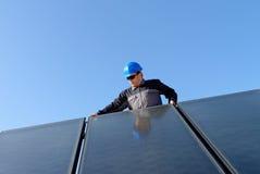 Man som installerar alternativ photovolta för sol- energi Royaltyfri Fotografi