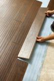 Man som installerar den Wood durken för ny laminat royaltyfria foton