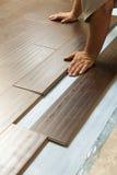 Man som installerar den Wood durken för ny laminat arkivfoto