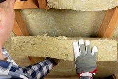 Man som installerar det termiska takisoleringslagret - genom att använda mineral uppvakta royaltyfria foton