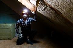 Man som installerar det termiska takisoleringslagret - genom att använda mineral uppvakta arkivbild